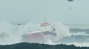 Cargo ship breaking in half video